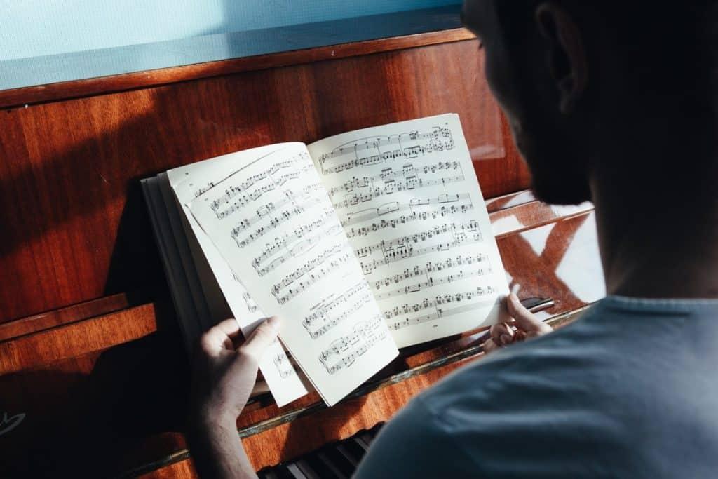شخص يعزف البيانو أغرب قوانين السفر