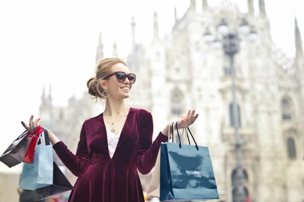 سيدة تتسوق- السفر والسياحة