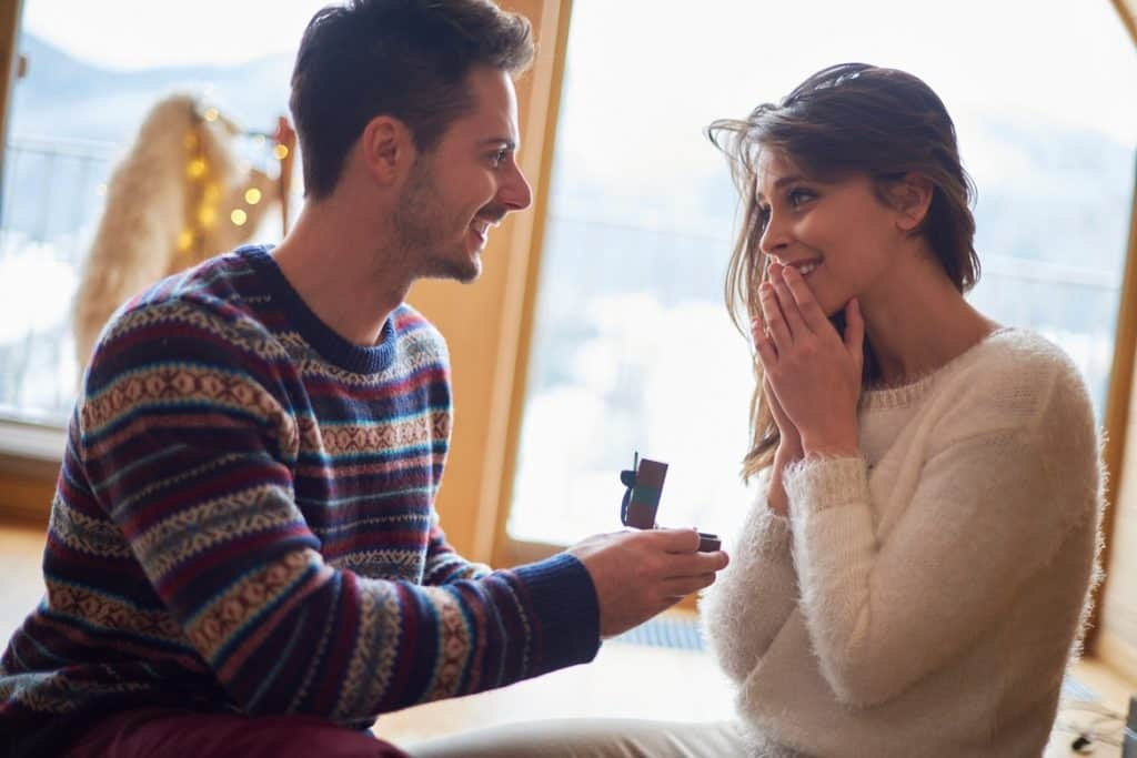 رجل يهدي حبيبته هدية