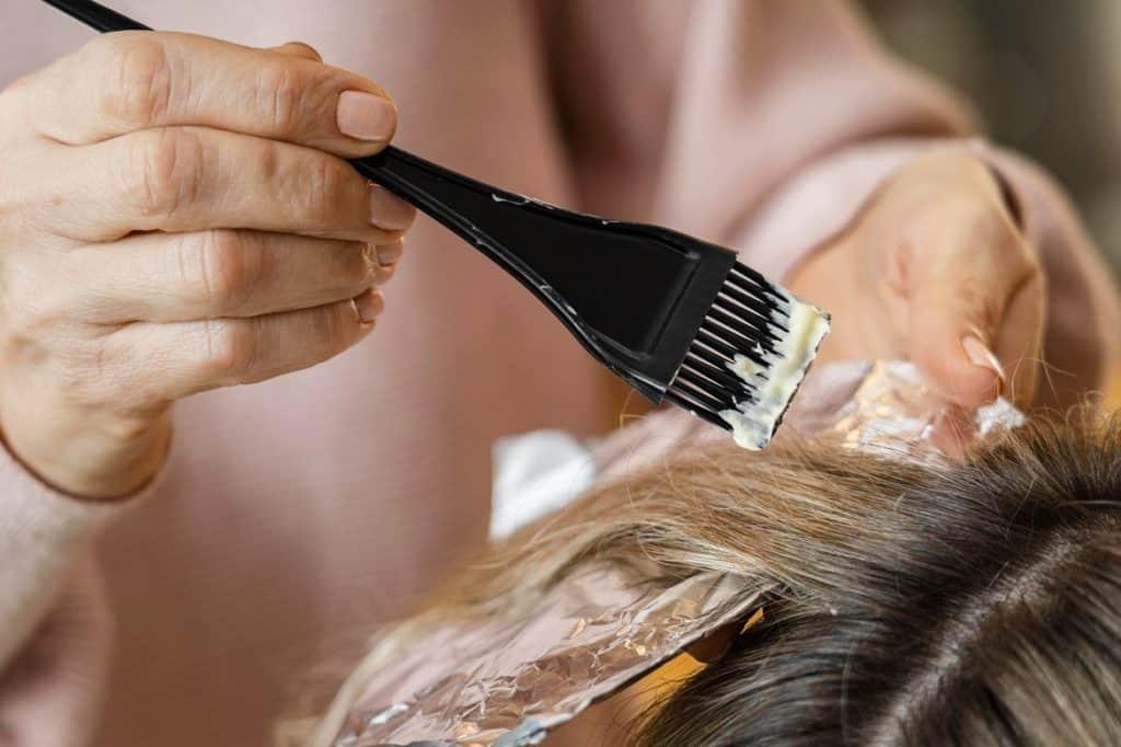 سيدة تصبغ شعرها