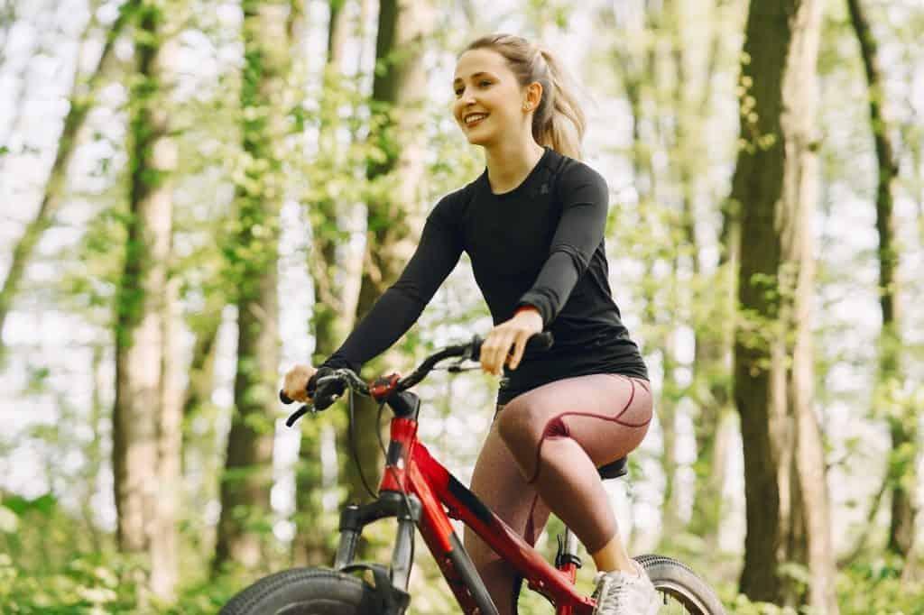 فتاة تركب الدراجات الهوائية
