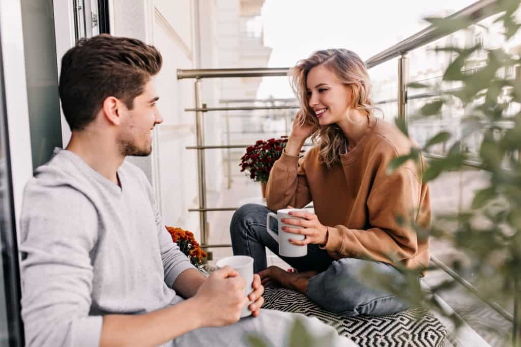 رجل وفتاة يتكلمان معا