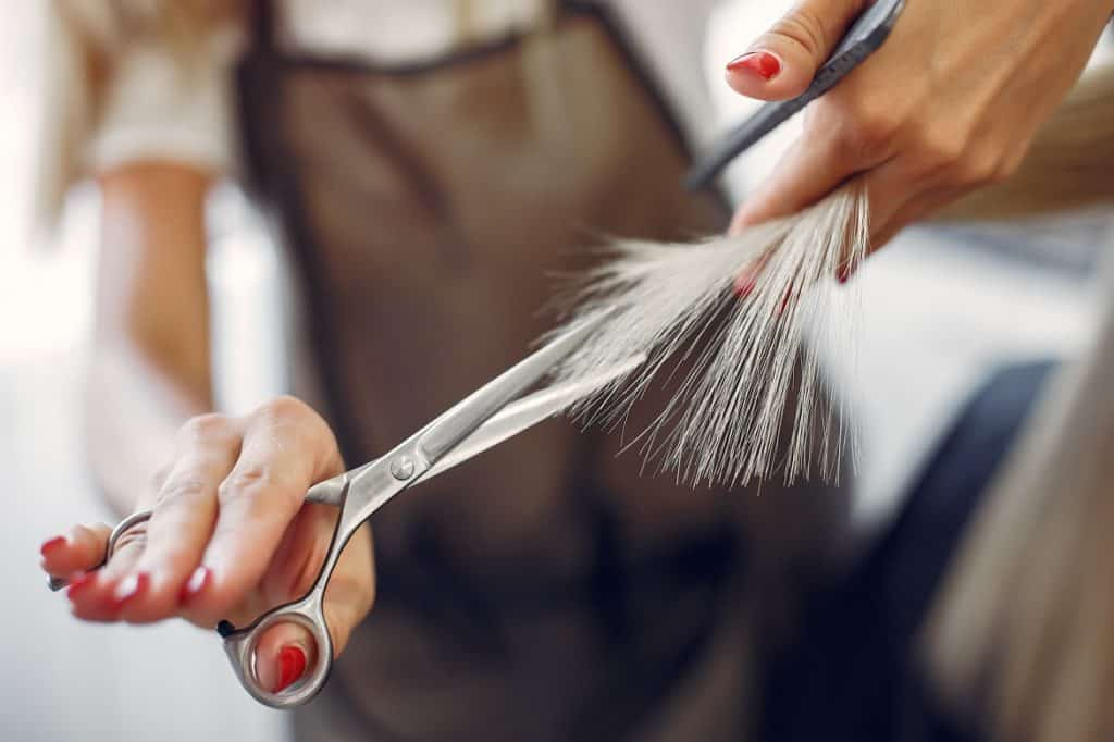 قص الأطراف يساعد على علاج الشعر الجاف
