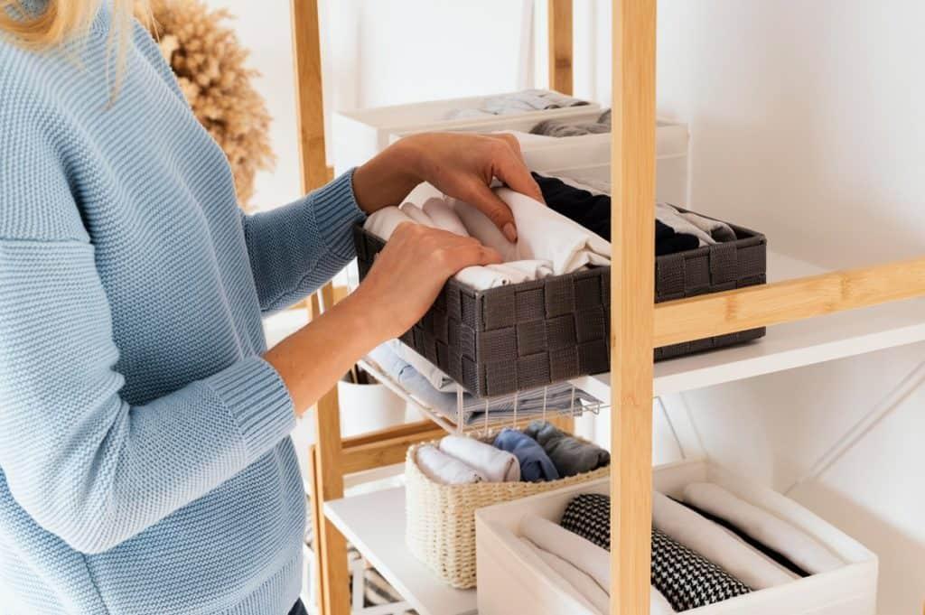 سيدة تنظم الملابس