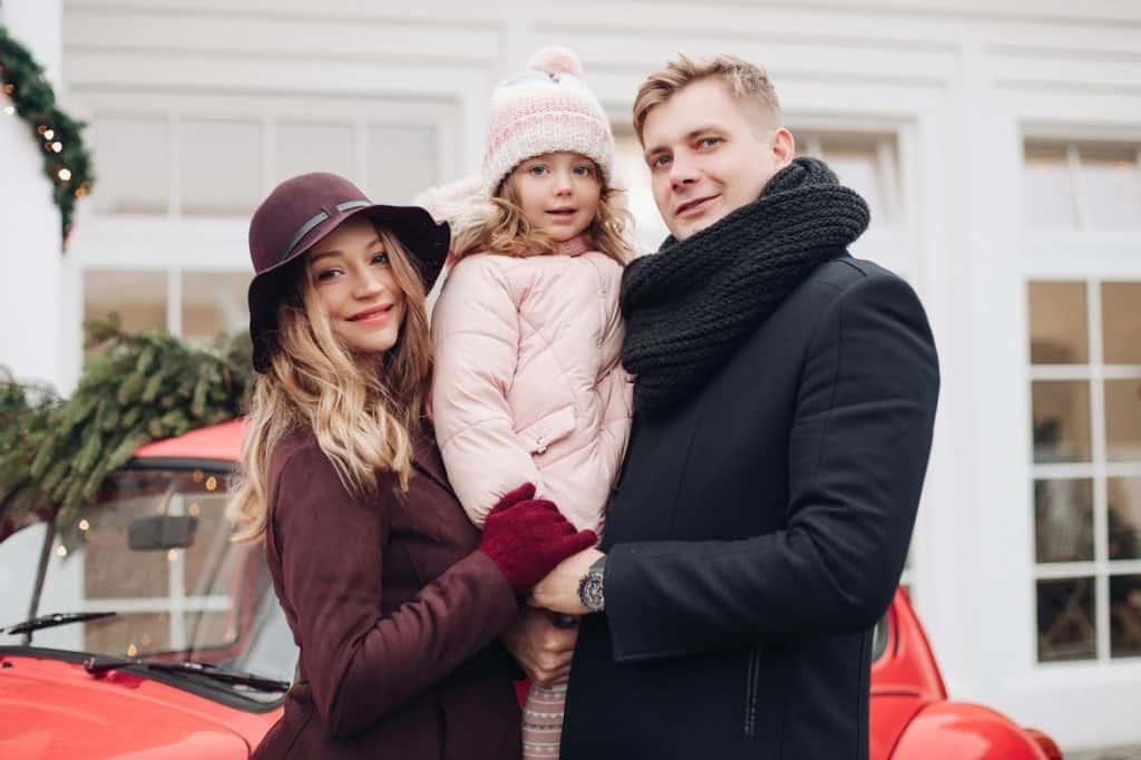 رجل مع عائلته