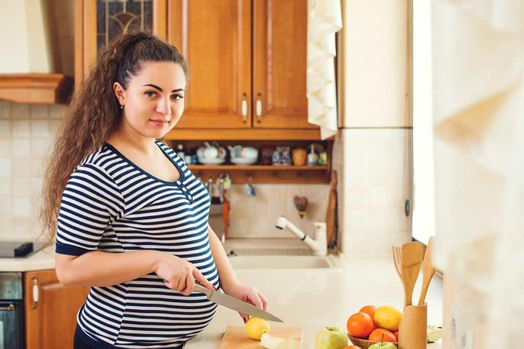 سيدة حامل تحضر طعام