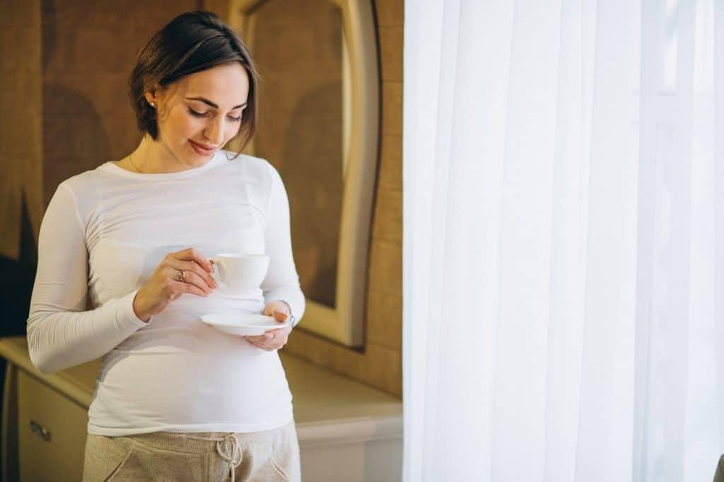 سيدة حامل بيدها فنجان