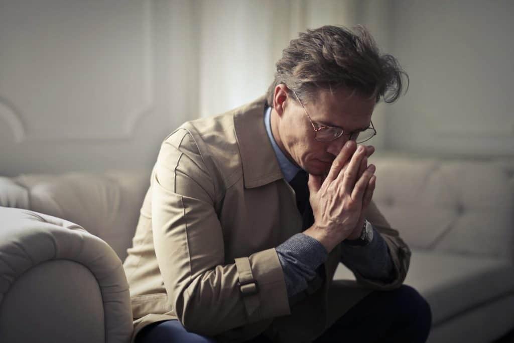 رجل برج العقرب والحزن
