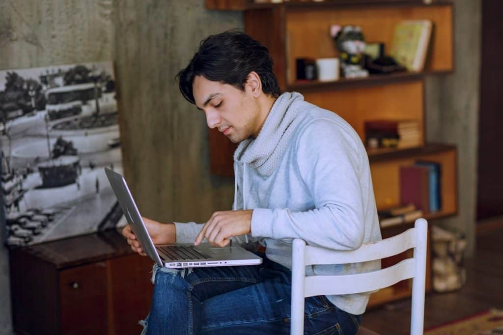 شاب يعمل على الكمبيوتر